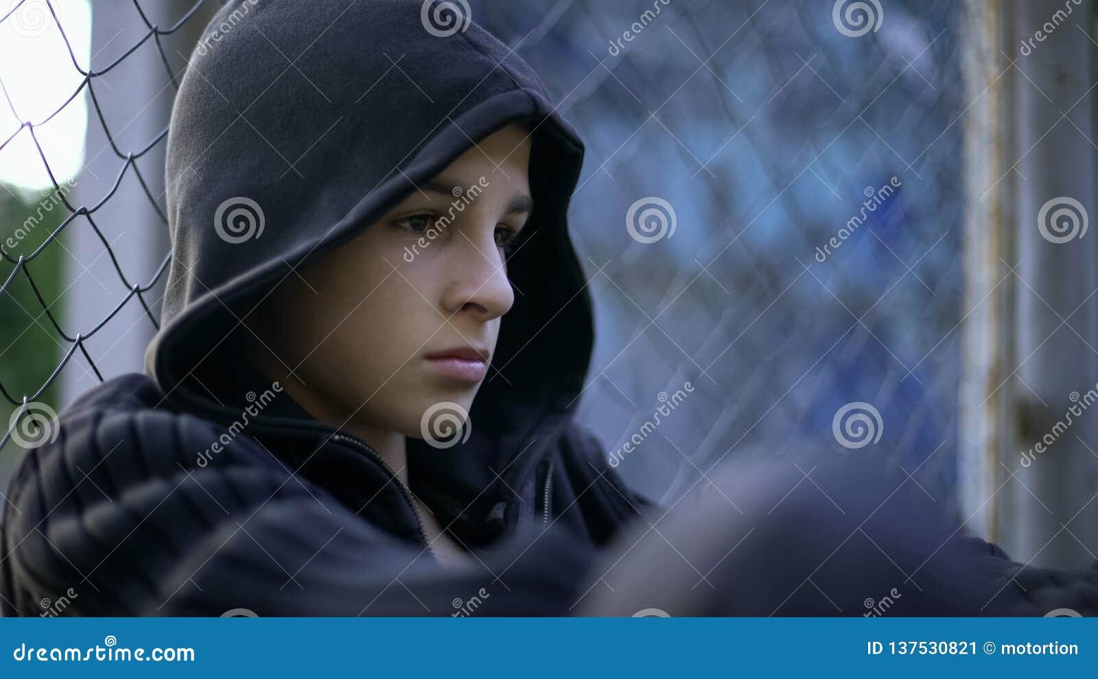 生气青少年痛苦学校持强欺弱者,不正常的家庭,消沉概念