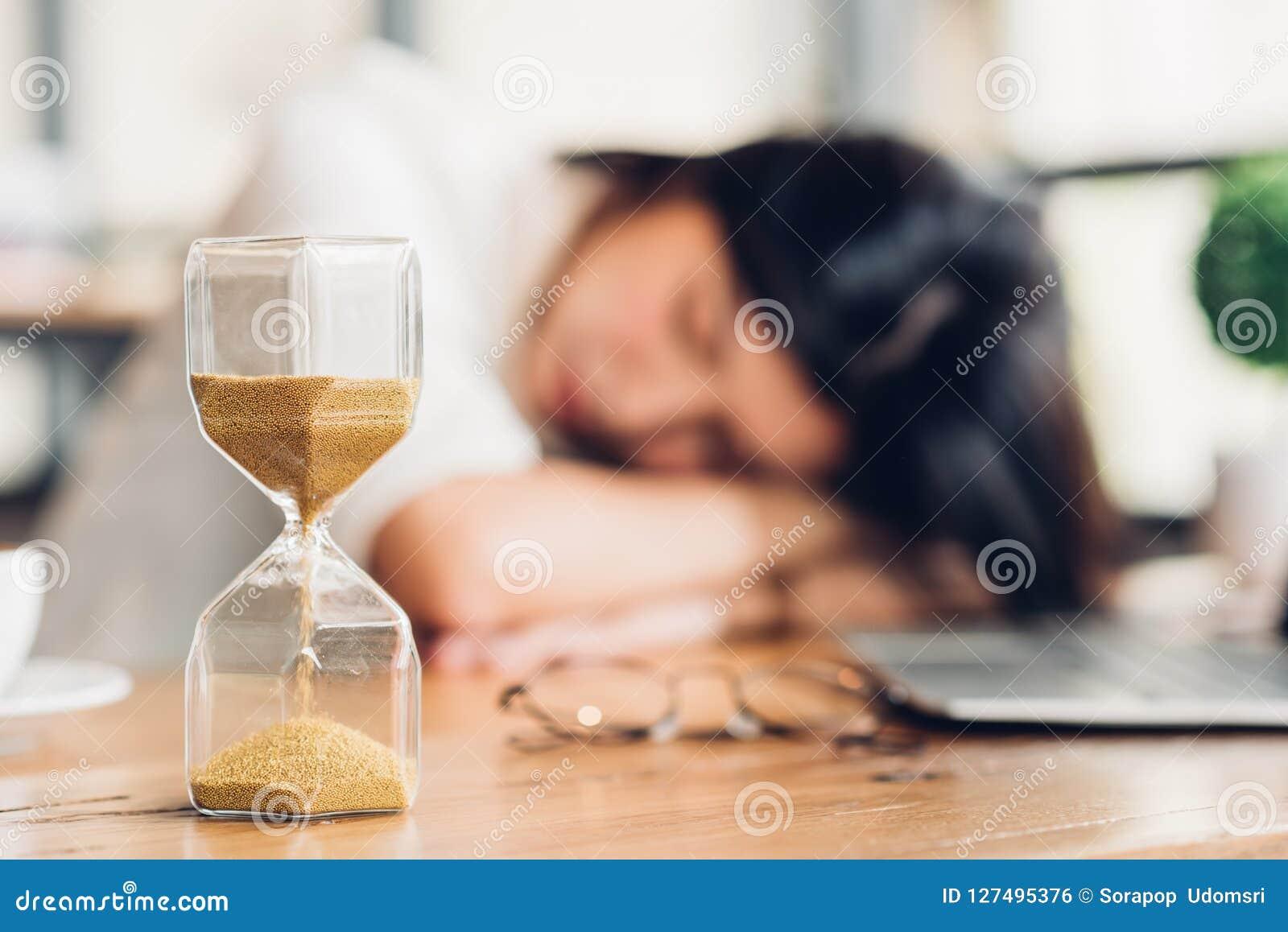 生活方式自由职业者的妇女他有休息的睡觉在坚硬wor以后