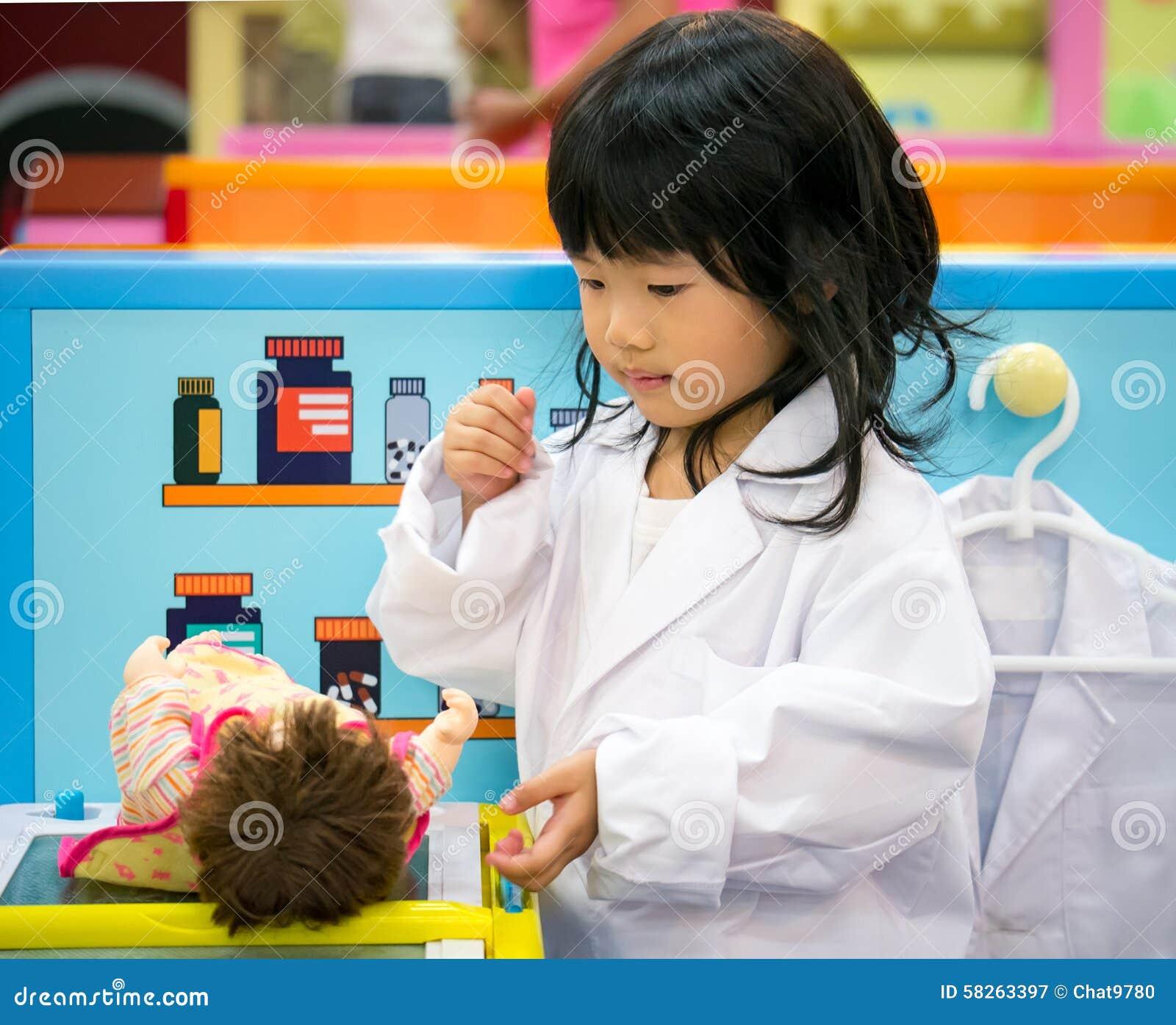 医生演奏女孩的职业角色