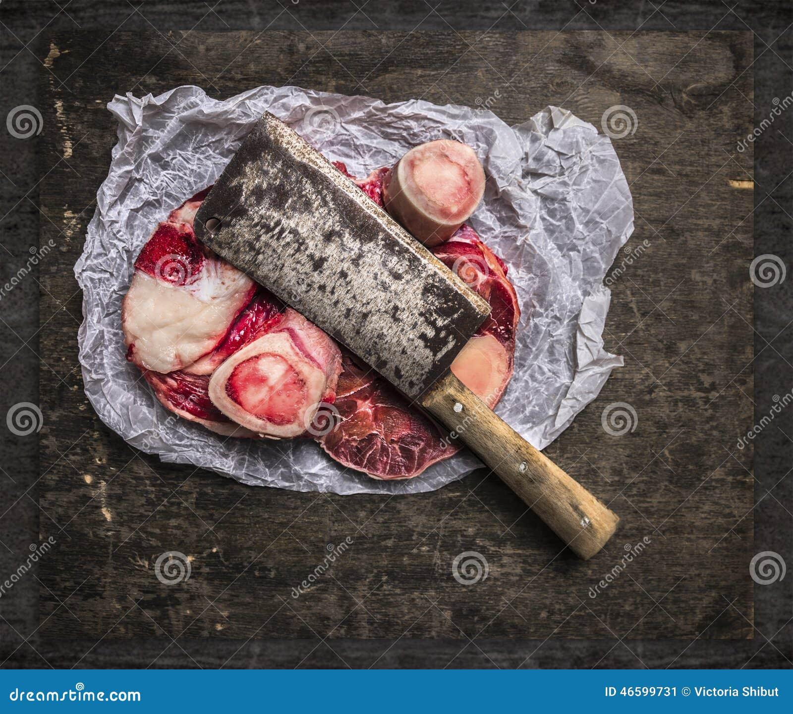 生肉为在纸和葡萄酒砍肉刀的汤设置了