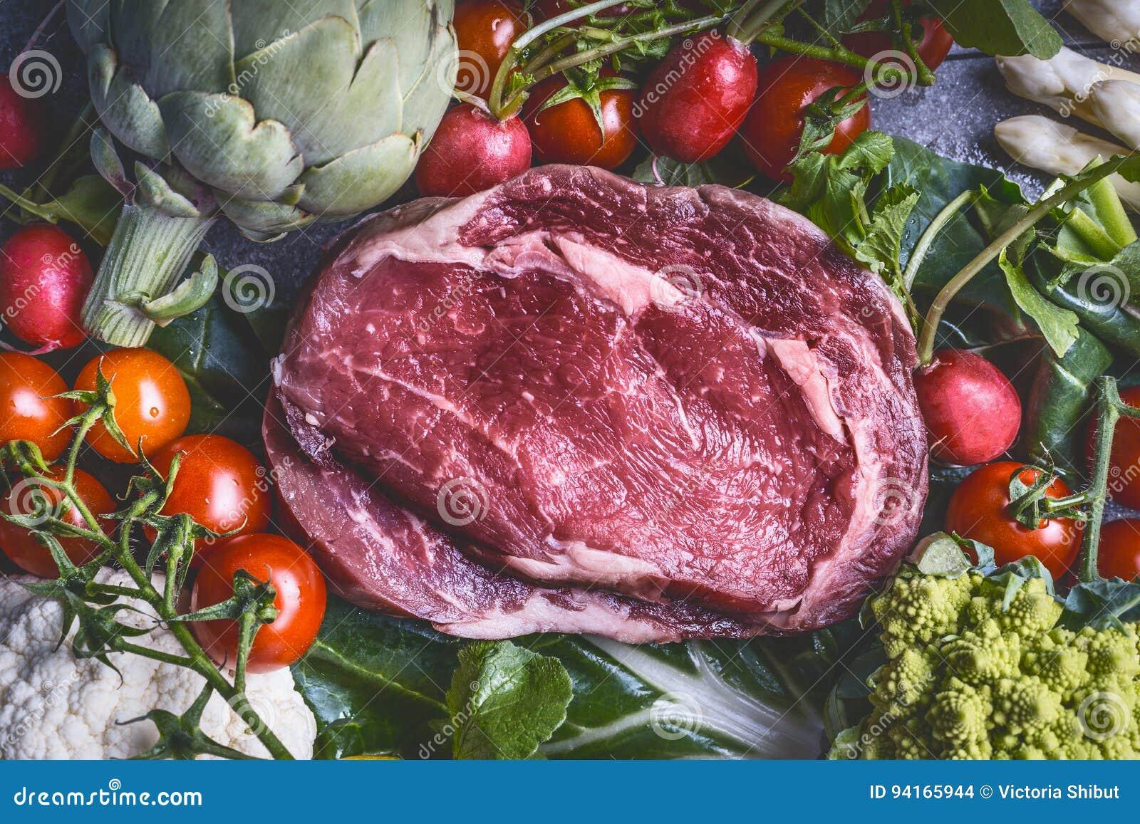 生肉和各种各样的菜:朝鲜蓟,蕃茄,硬花甘蓝,芦笋,花椰菜,顶视图