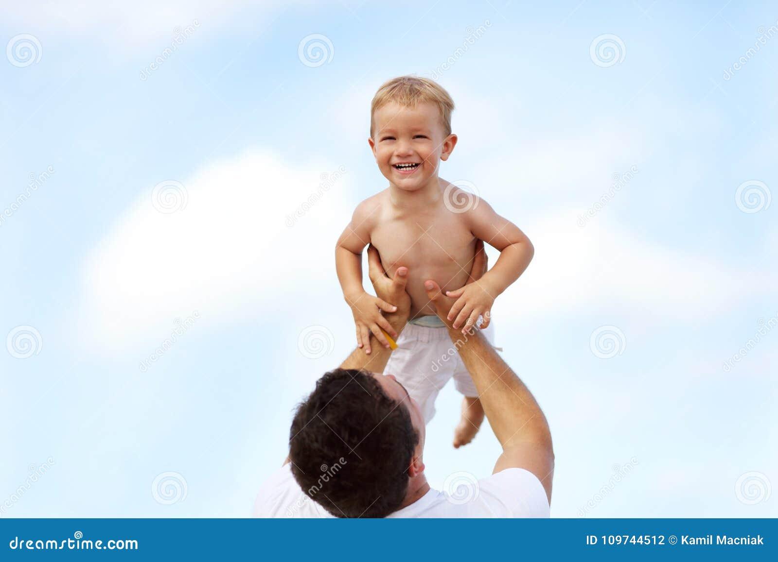生获得在海滩的乐趣与他的小儿子