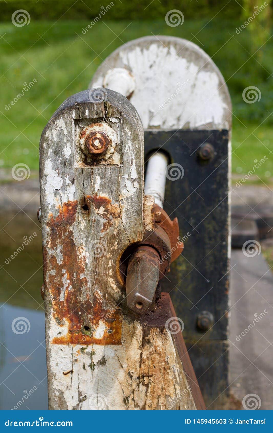 生锈的老运河上锁的门机制-图象