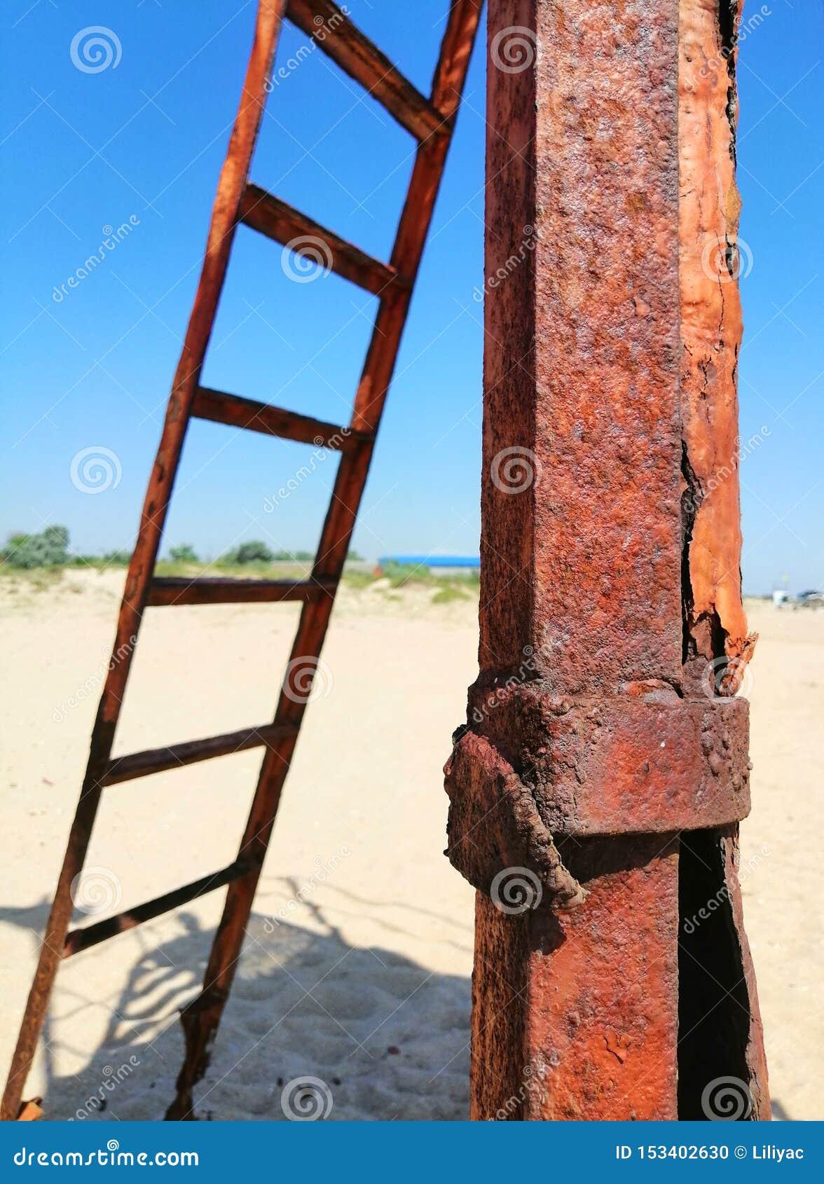 生锈的铁和台阶在沙子