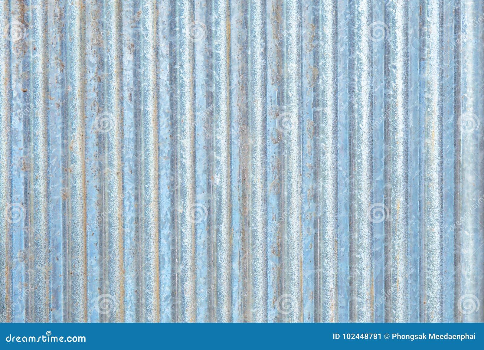 生锈的锌波状钢金属房屋板壁