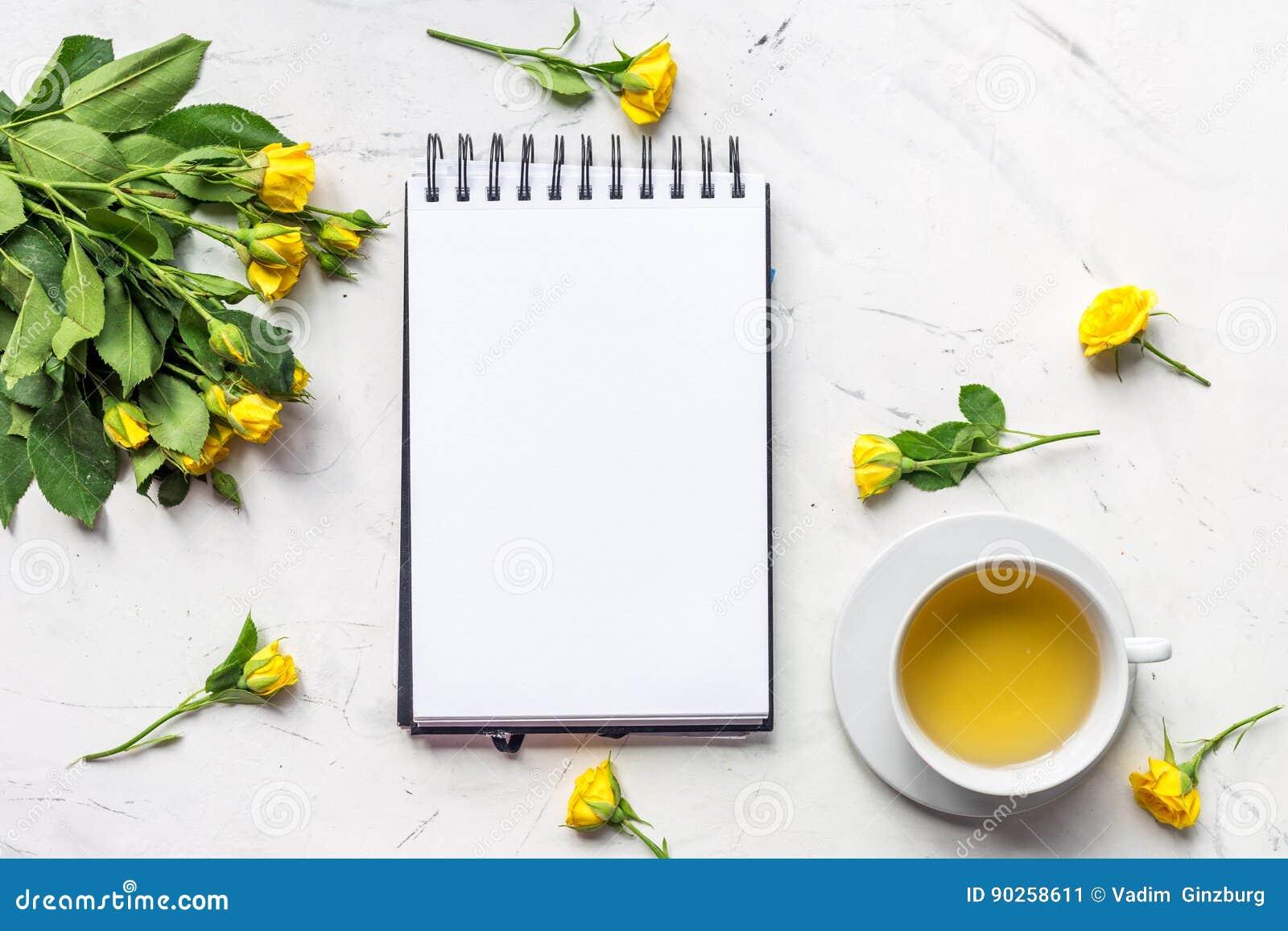生活方式概念用茶和玫瑰在家庭桌面看法大模型