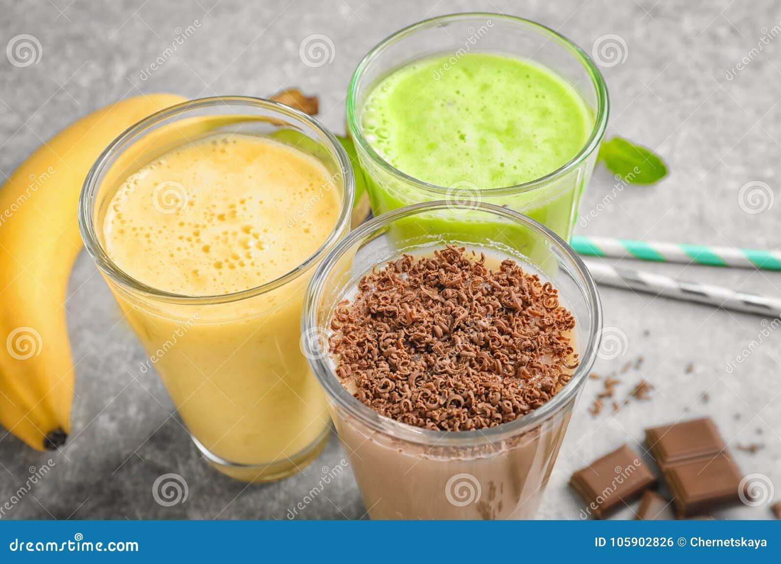 用不同的蛋白质震动的玻璃在桌上