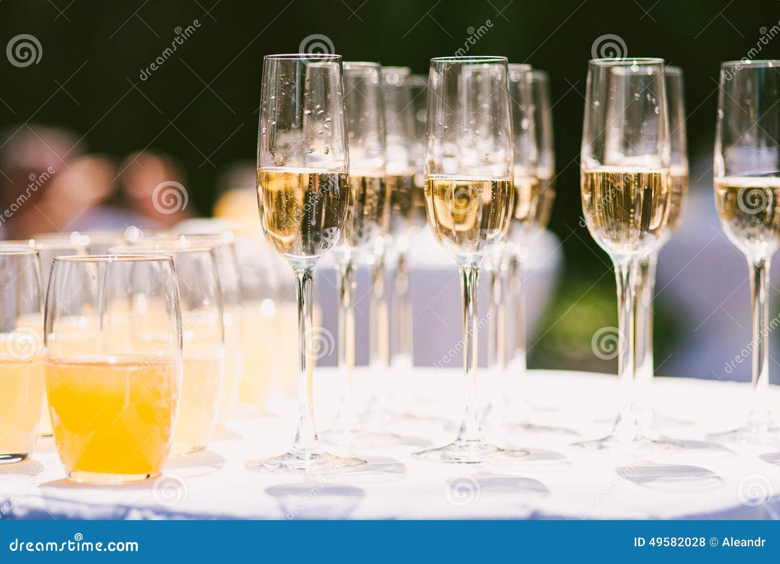 用不同的酒精和nonalcohol饮料的玻璃:香槟和汁液