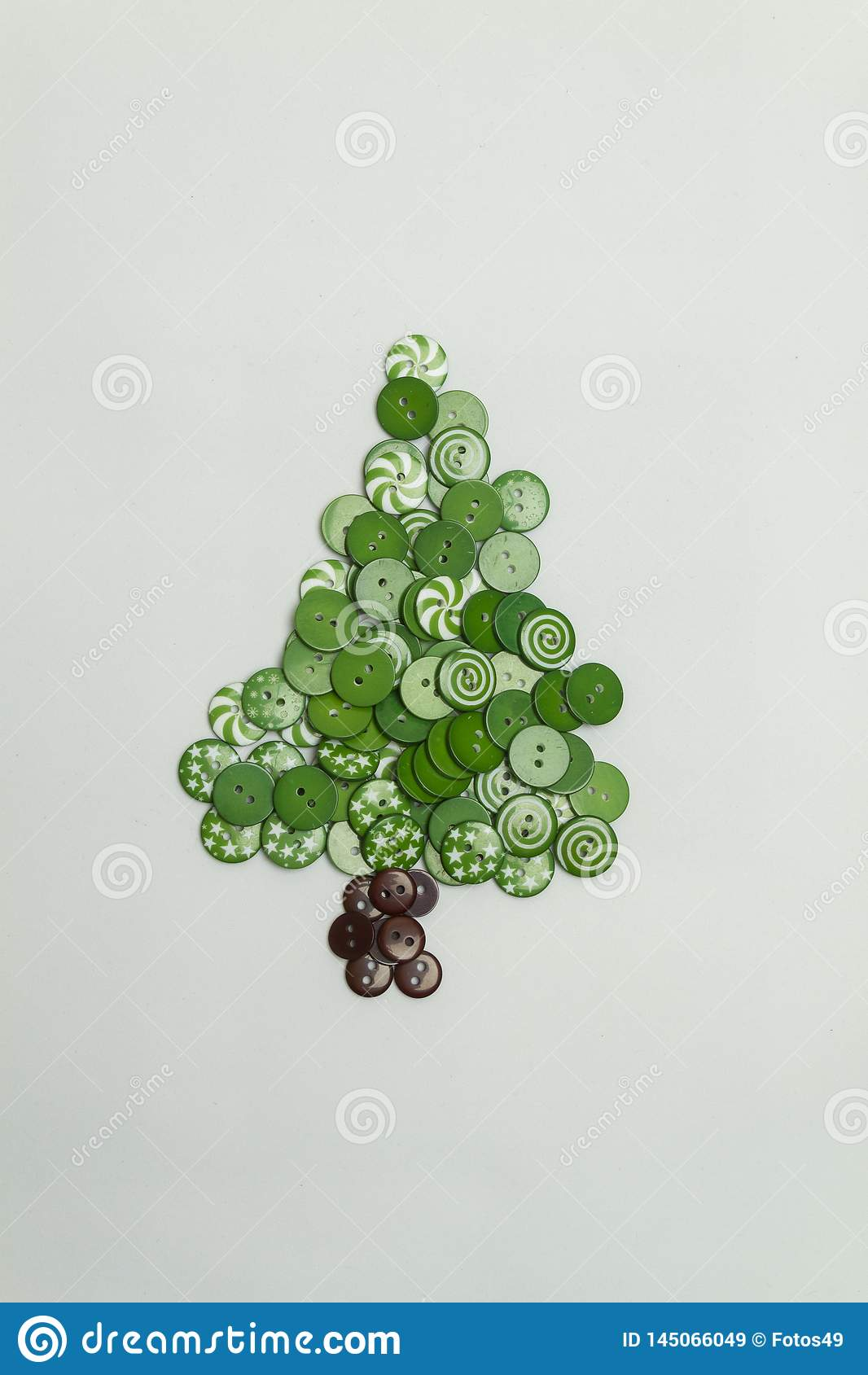 用五颜六色的按钮做的圣诞树在白色背景