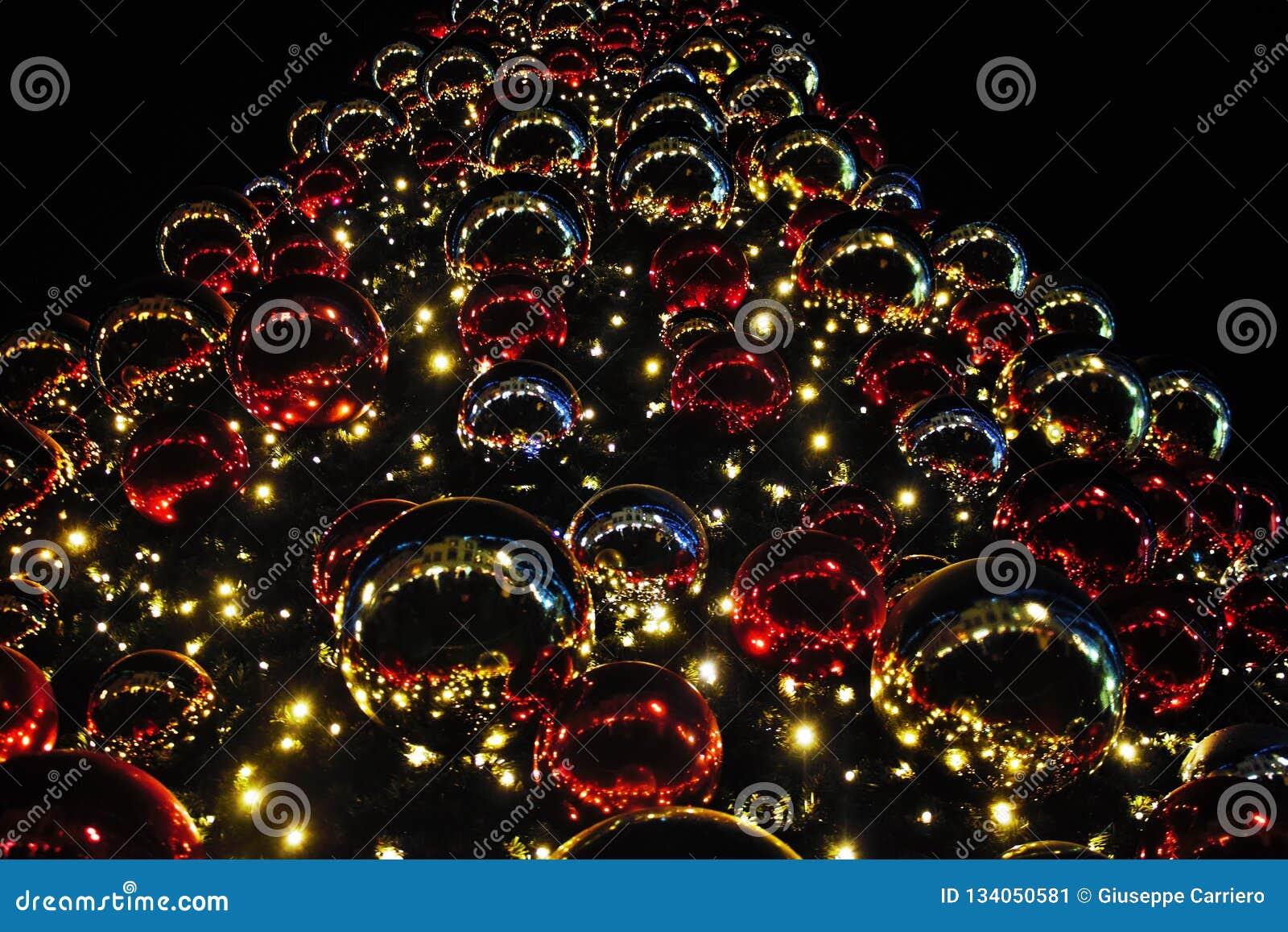 用光和色的球形装饰的圣诞树