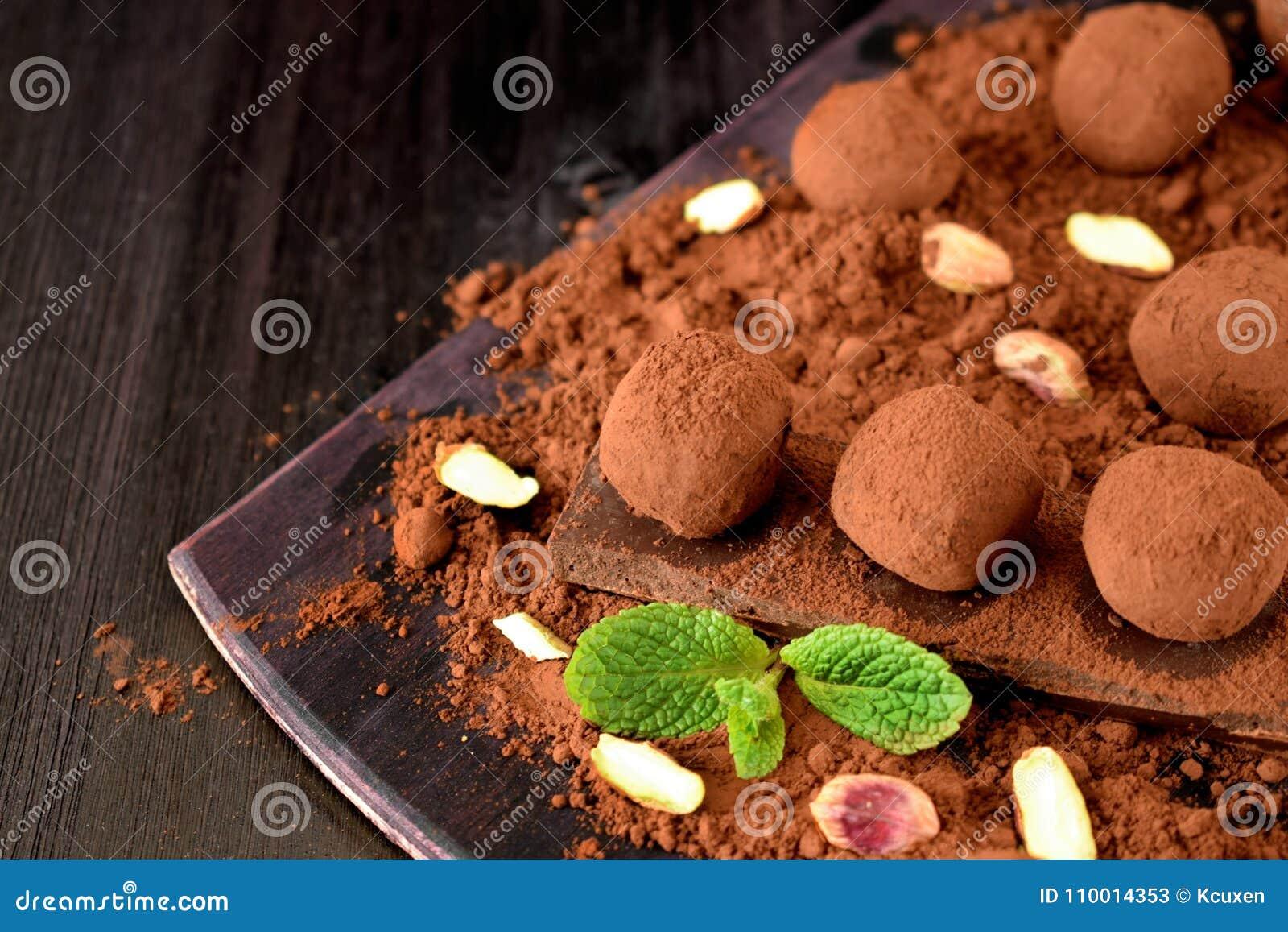 用可可粉盖的块菌状巧克力