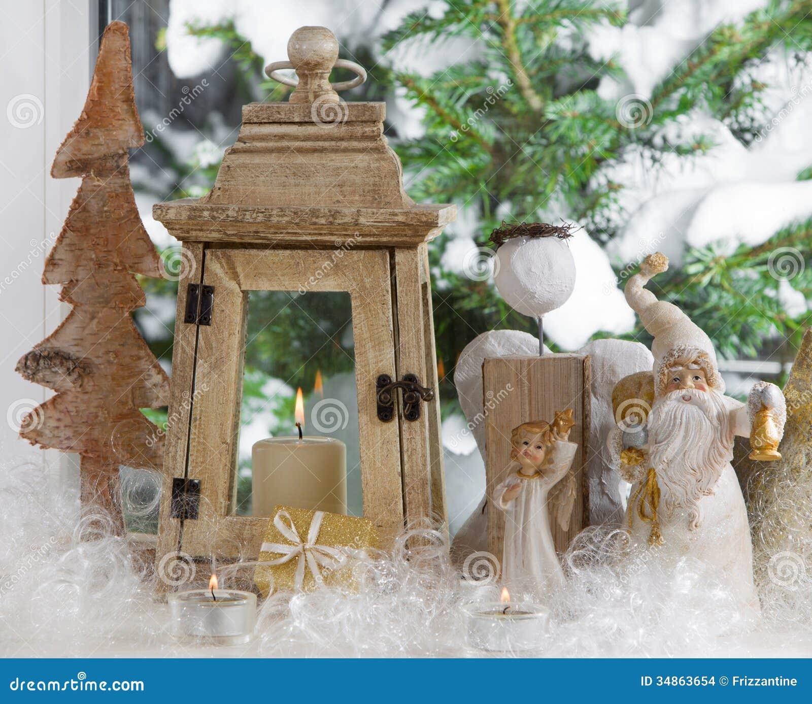 用圣诞节天使、灯笼和杉木装饰的窗口基石