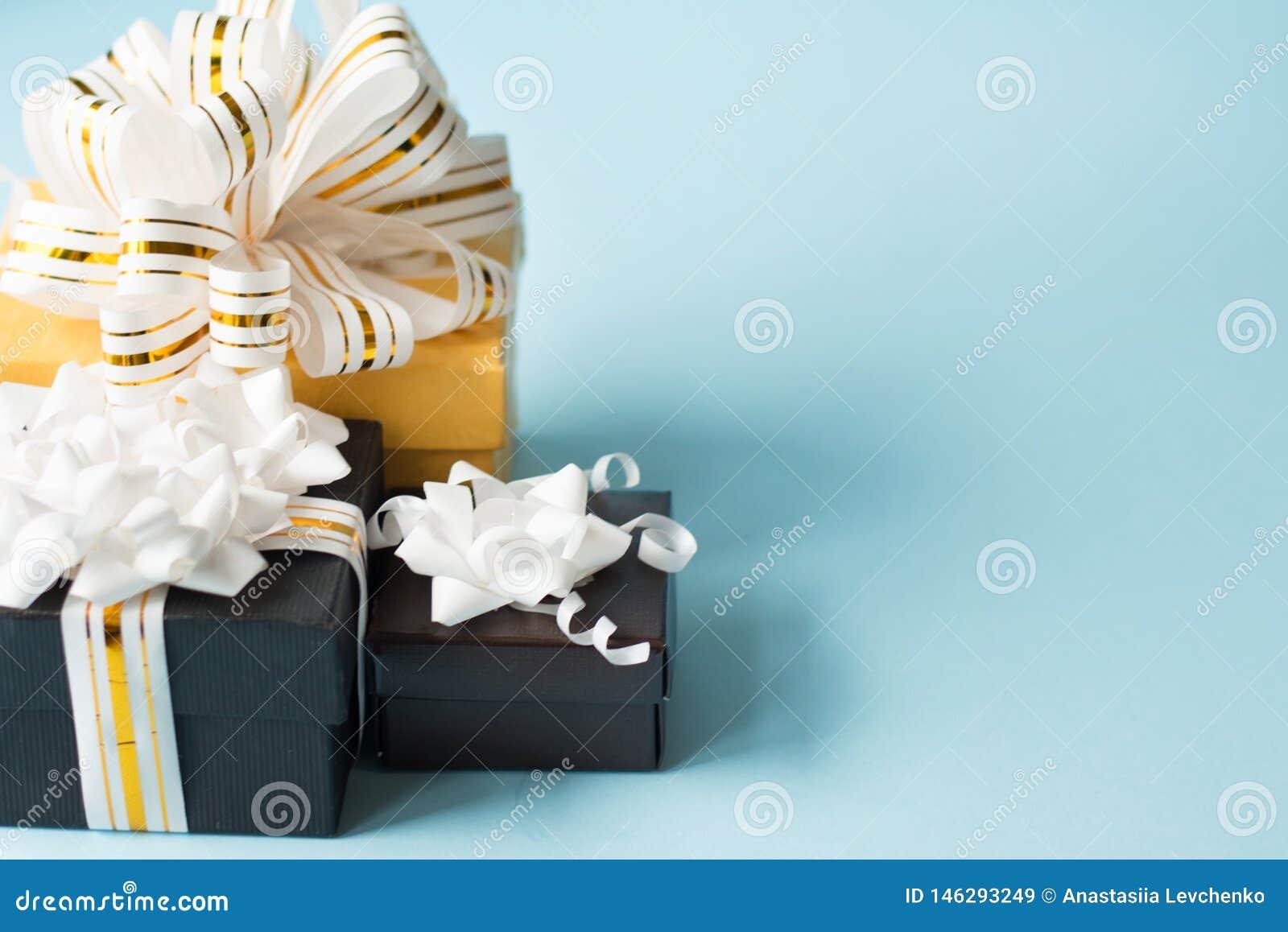 用在蓝色背景的弓包裹和装饰的浪漫礼物平的位置与拷贝空间 ??