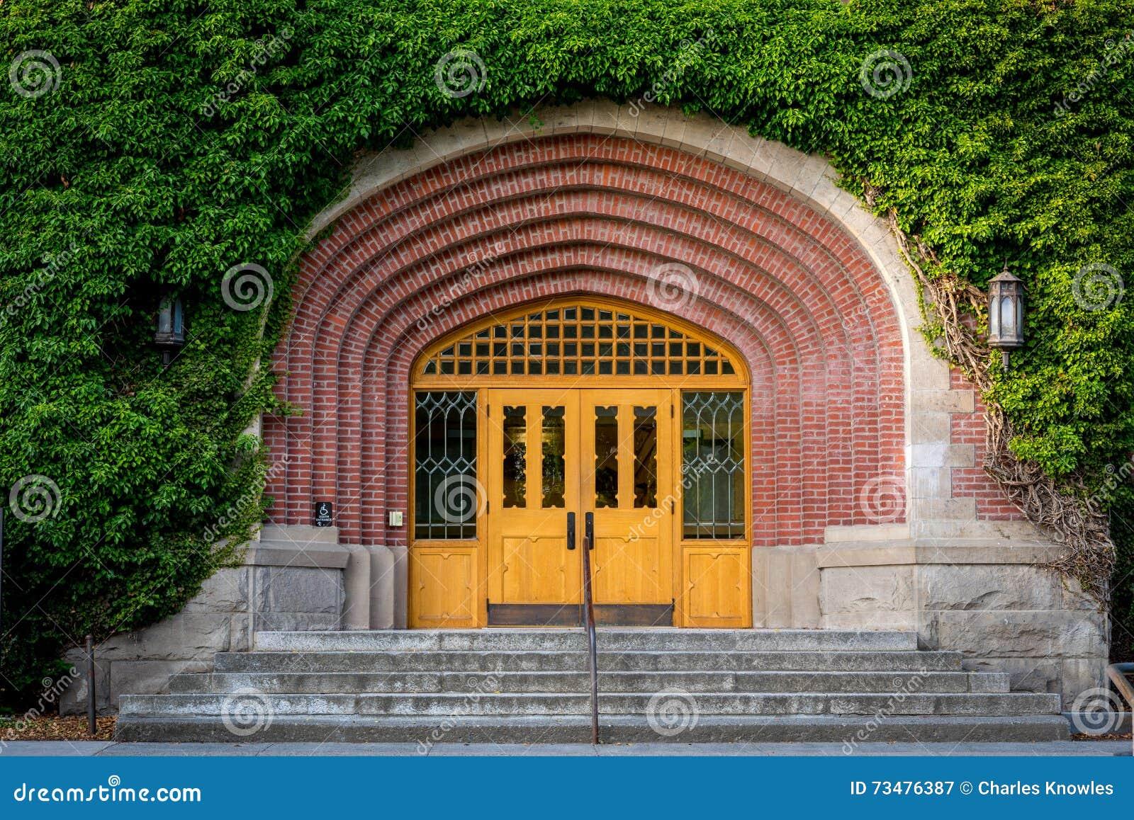 用常春藤和前面入口盖的大厦