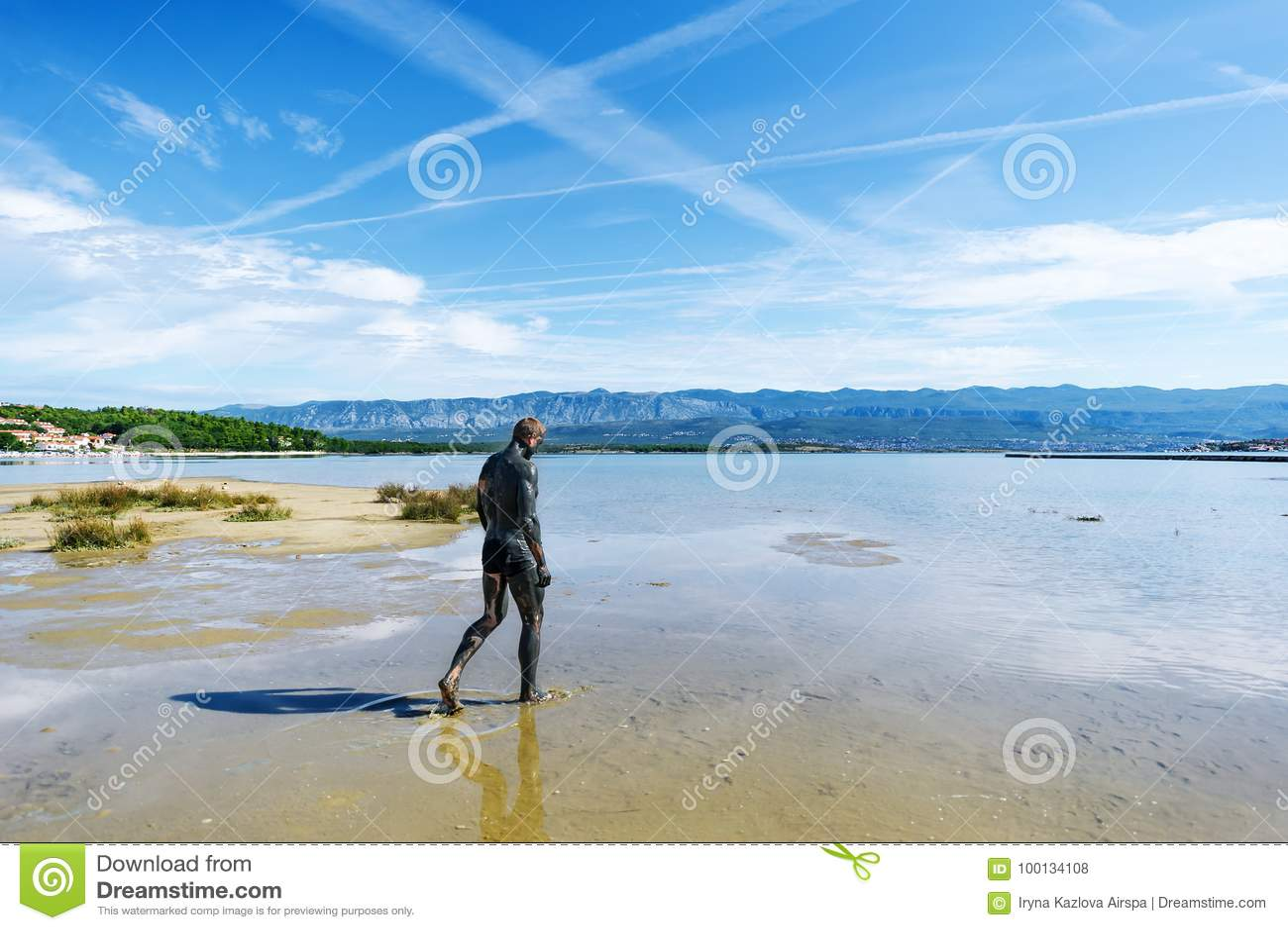 用治疗泥盖的人在海滩走