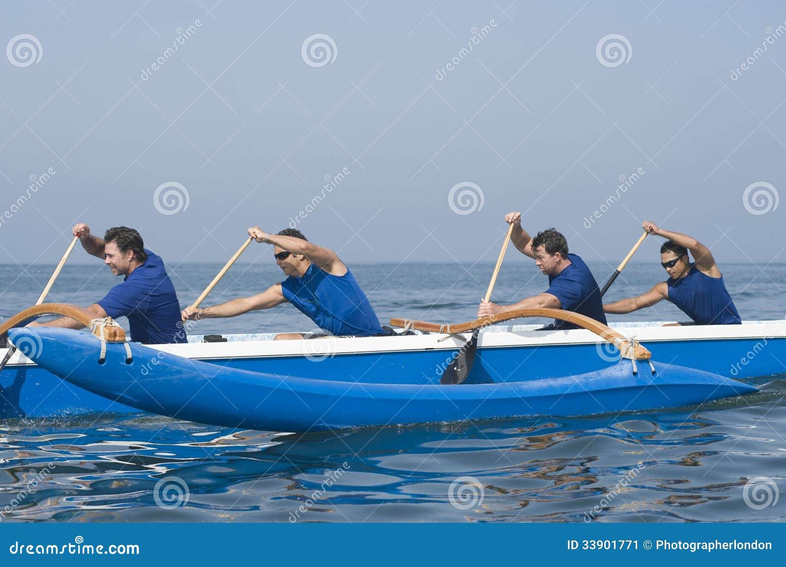 用浆划在种族的划船者舷外浮舟