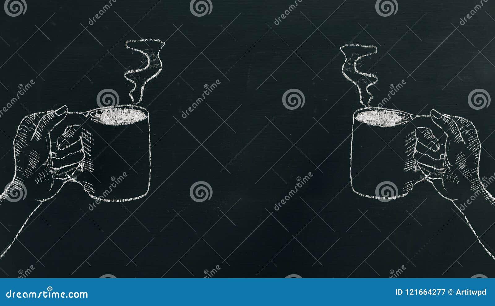 用粉笔写画手的手拿着有蒸汽的咖啡杯在框架的左右边的黑人委员会