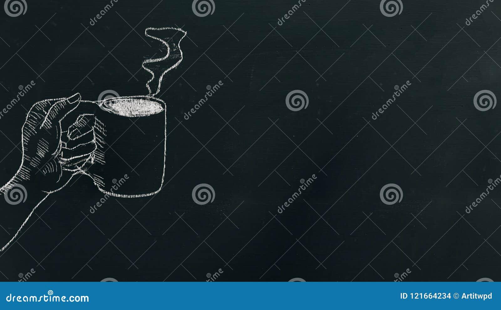 用粉笔写画手的手拿着有蒸汽的咖啡杯在黑人委员会在框架的左边