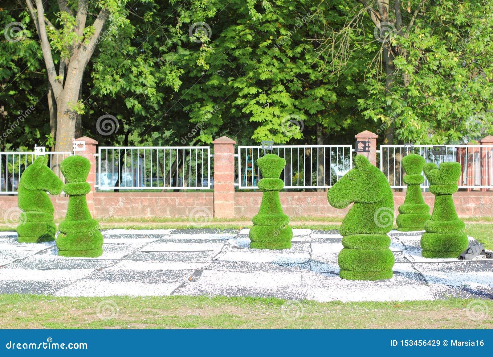 用绿草装饰的大棋子