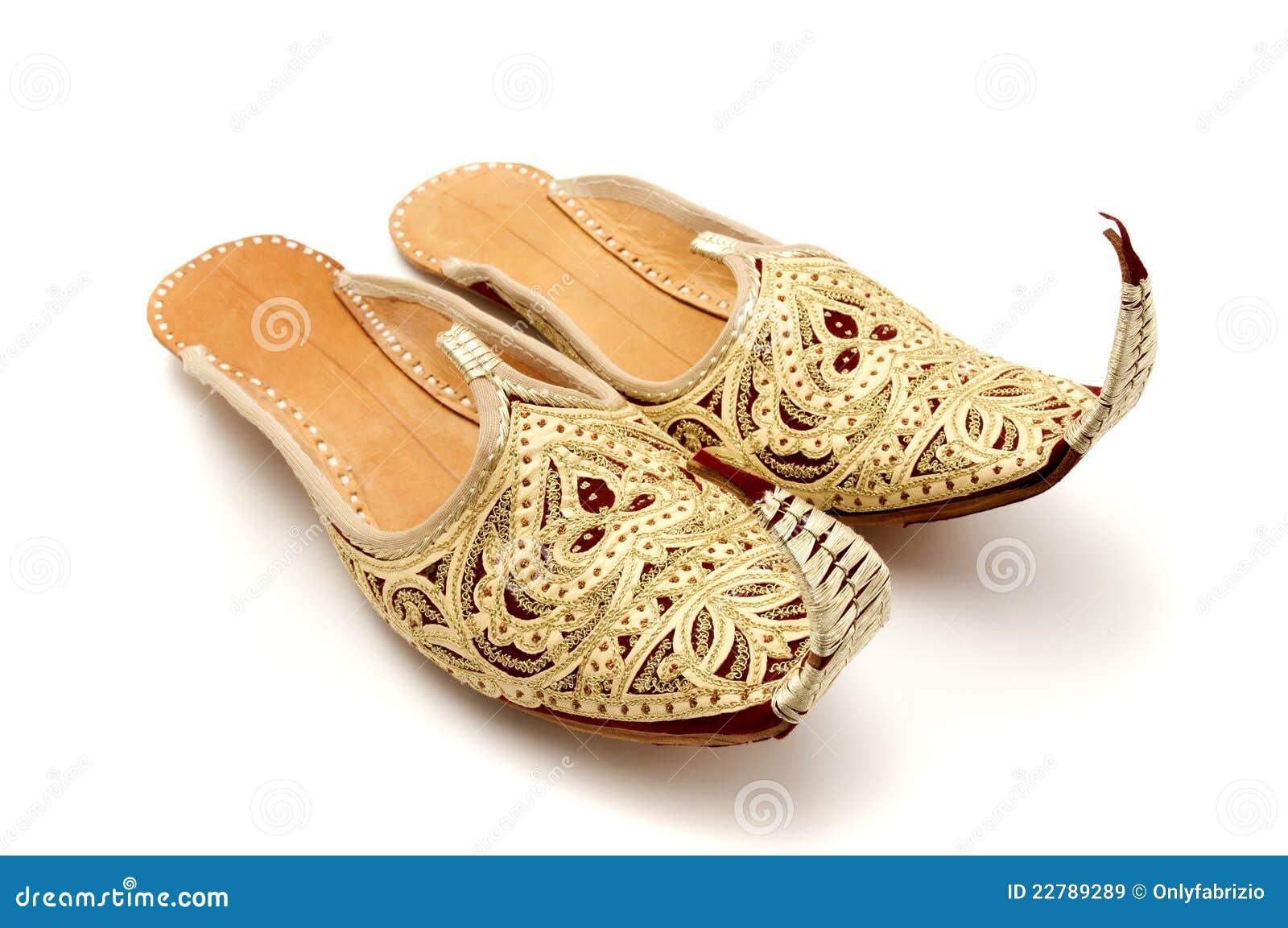 用脚尖踢的卷曲拖鞋