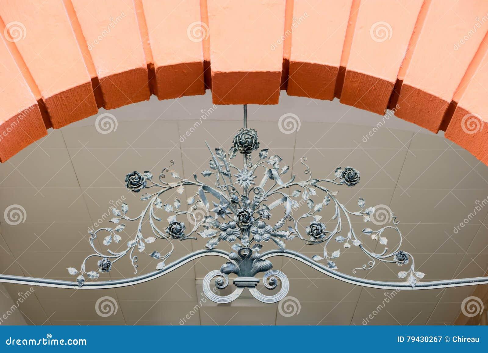 用花卉锻铁装饰的弧元素