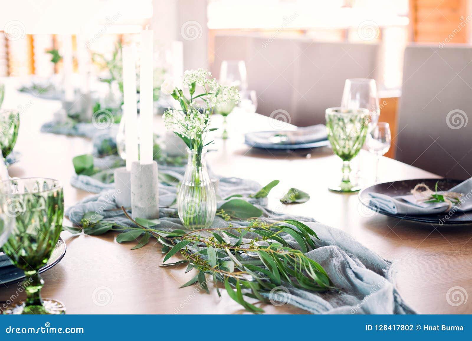 用花和绿叶装饰的一部分的美丽的圆的婚礼曲拱在湖或河附近户外,元素