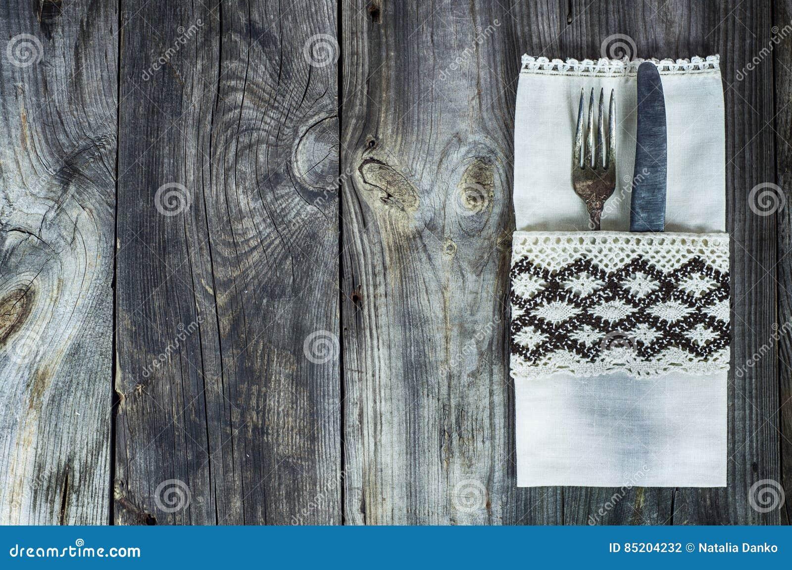 用葡萄酒布料和刀子装饰的利器叉子