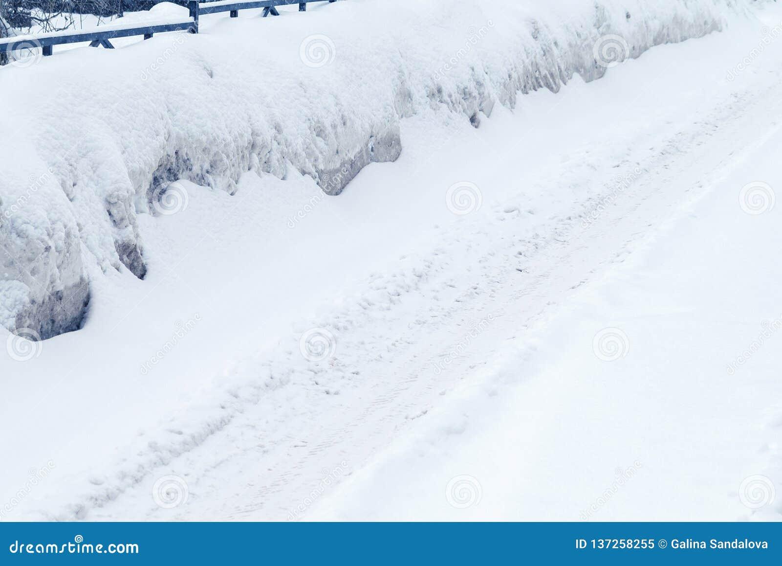 用雪盖的冬天路,在路一边的漂泊