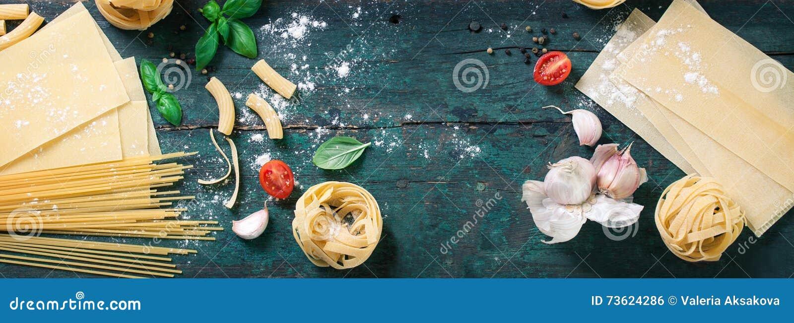 用面团、健康或者素食主义者概念的不同的类型的意大利食物背景