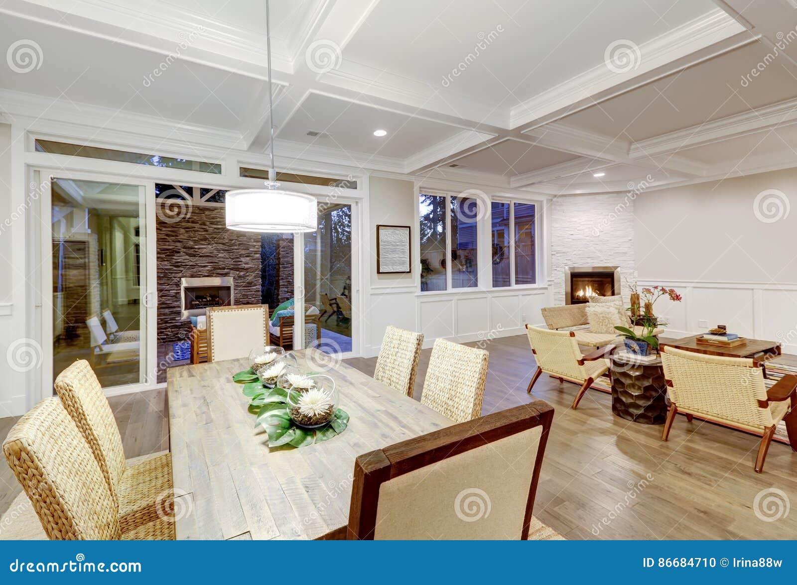 用餐与coffered cealing的可爱的工匠样式空间