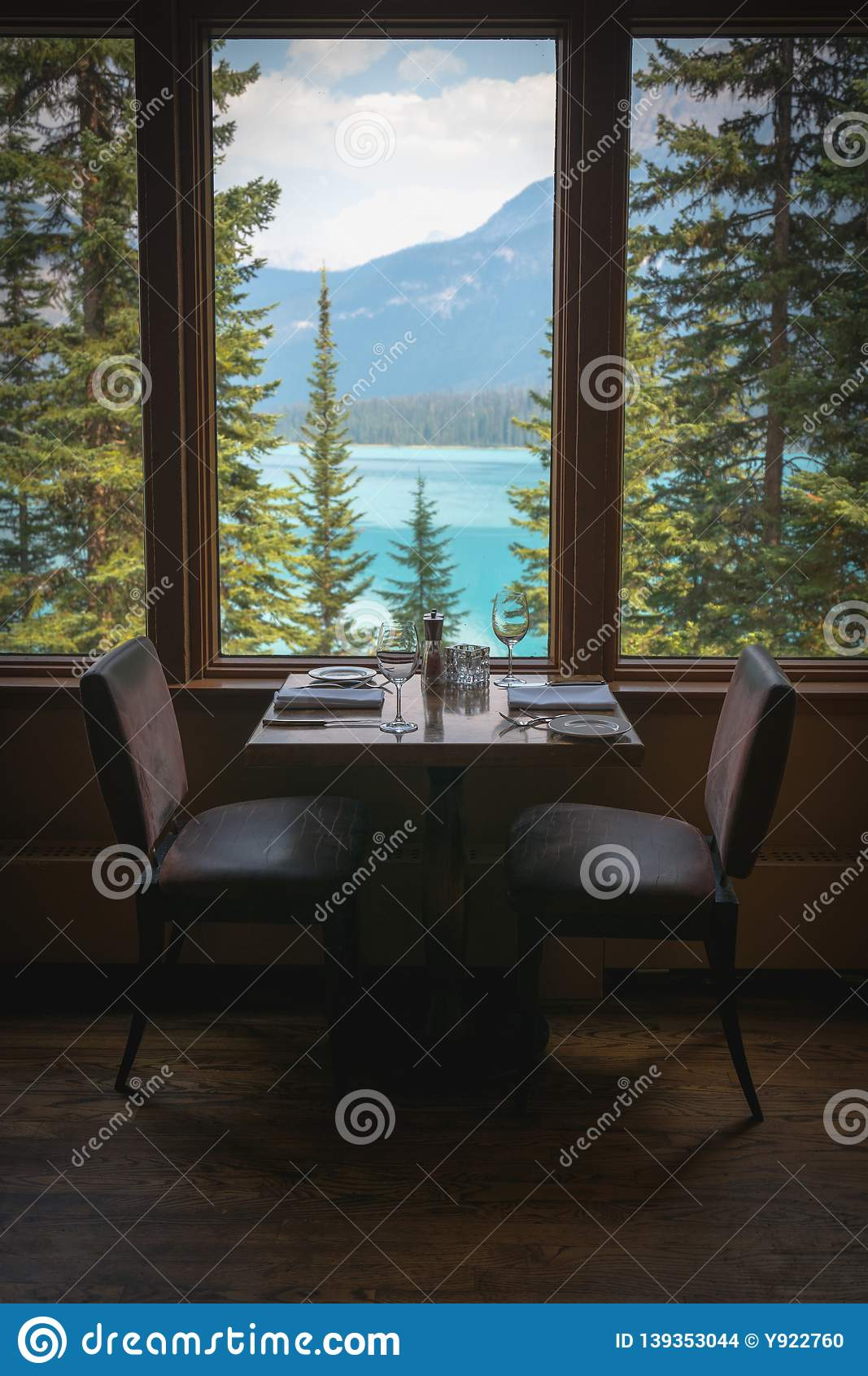 用餐集合有鲜绿色湖视图在幽鹤国家公园,不列颠哥伦比亚省,加拿大