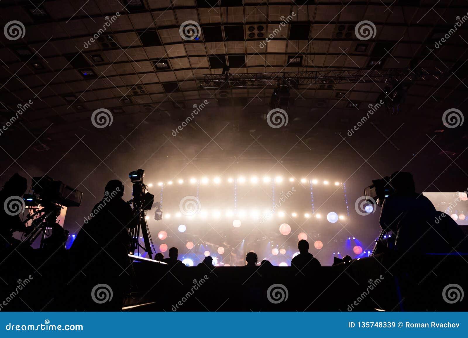 由一位摄影师的电视广播在音乐会期间 与操作员的照相机在高平台