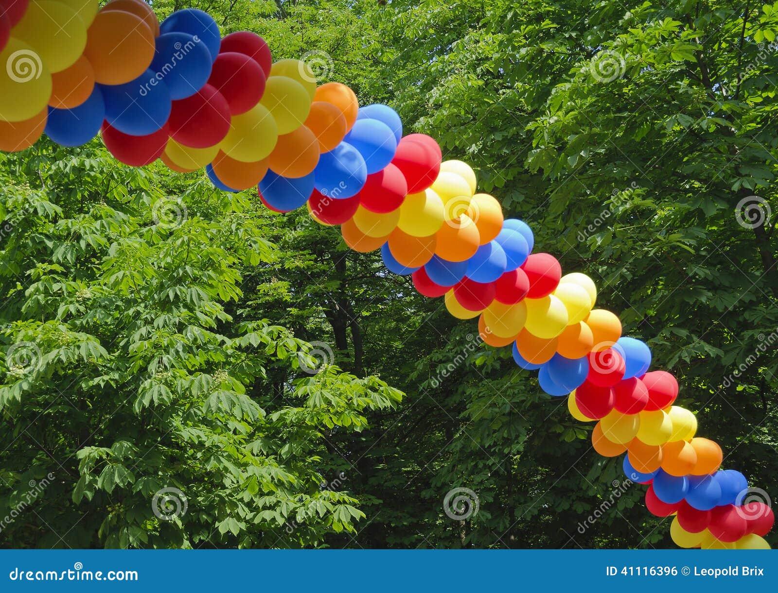 由五颜六色的气球做的曲拱