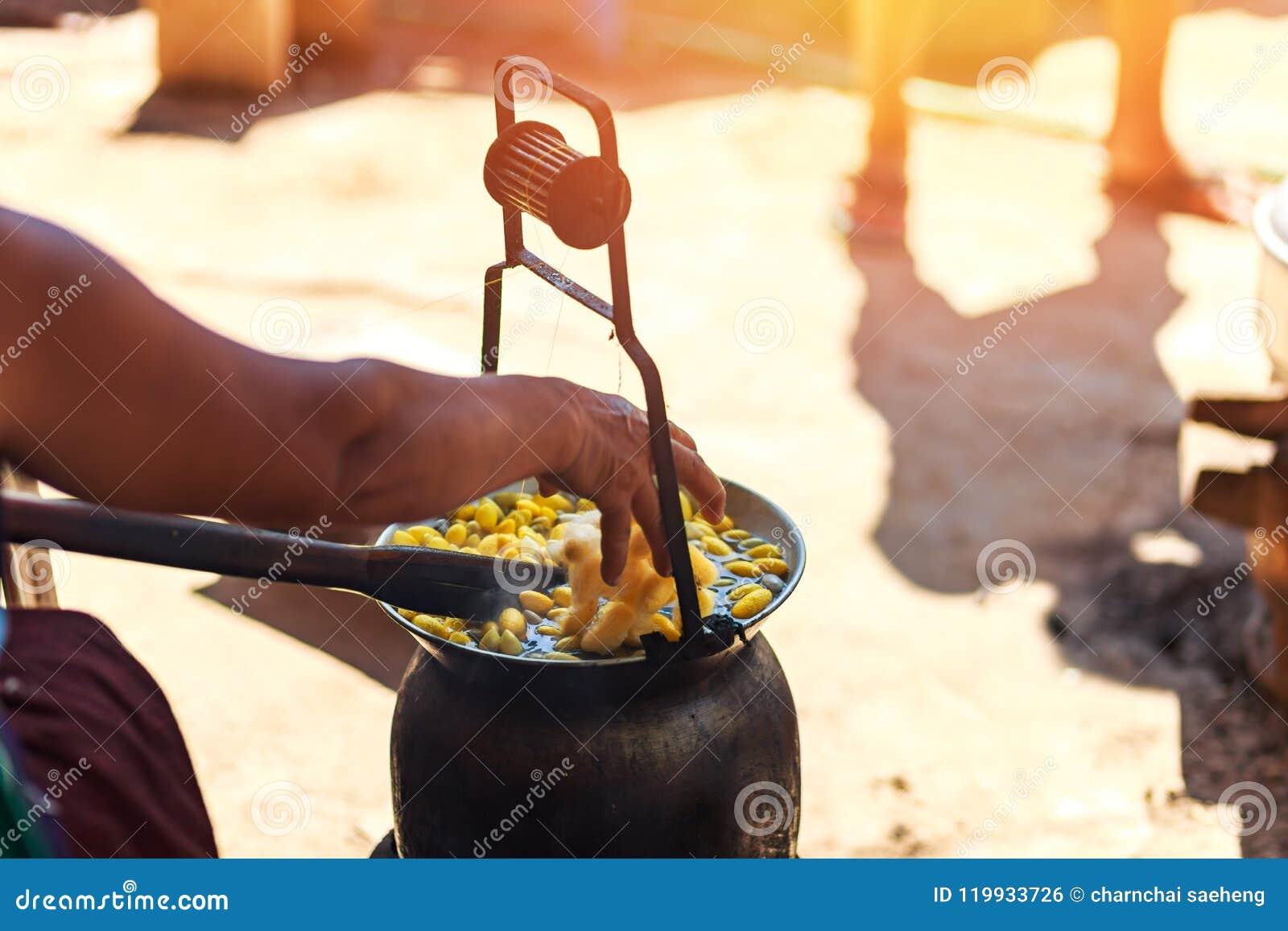 由做丝绸螺纹的锅炉的煮沸的黄色桑蚕茧