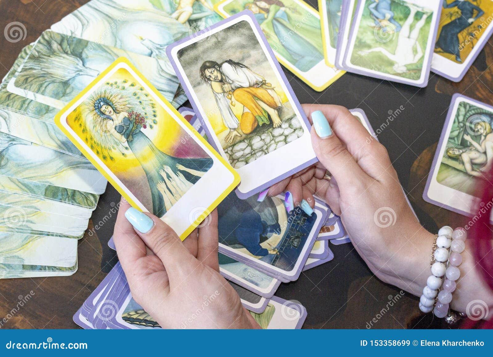 由占卜用的纸牌的占卜 算命先生一定预言卡片的命运