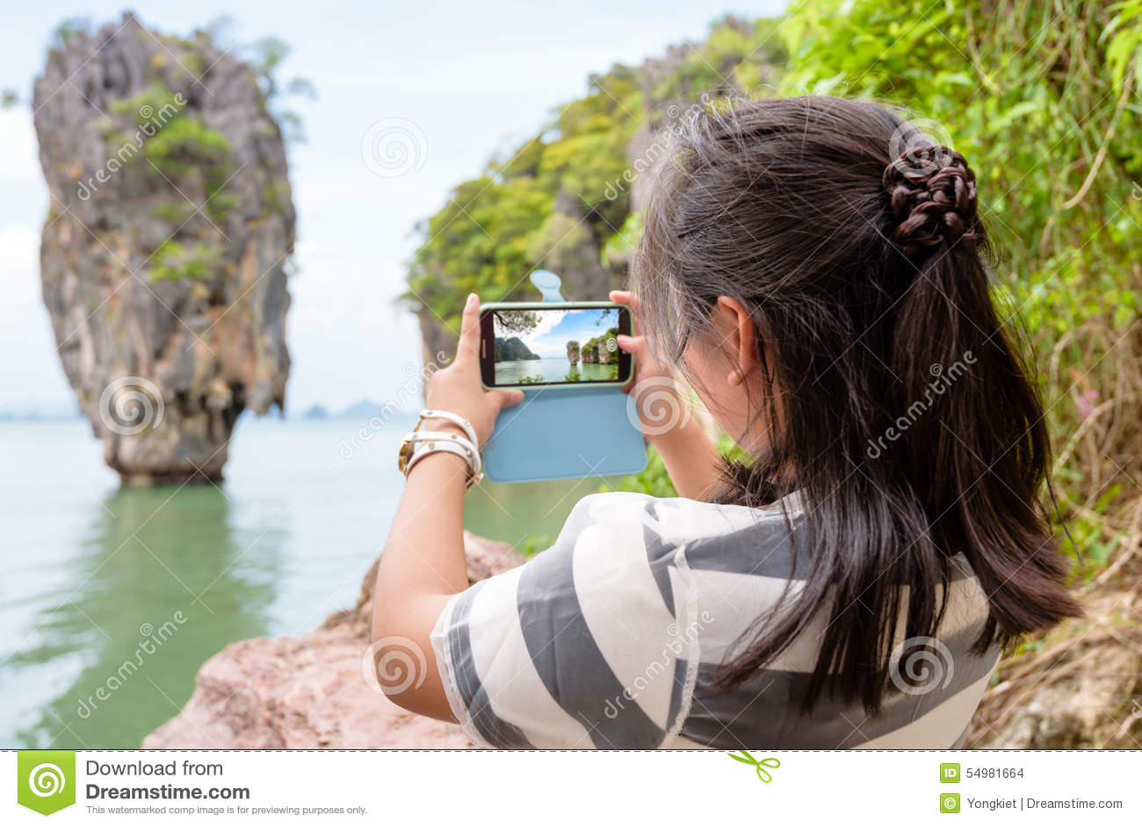 由手机的妇女旅游射击自然视图