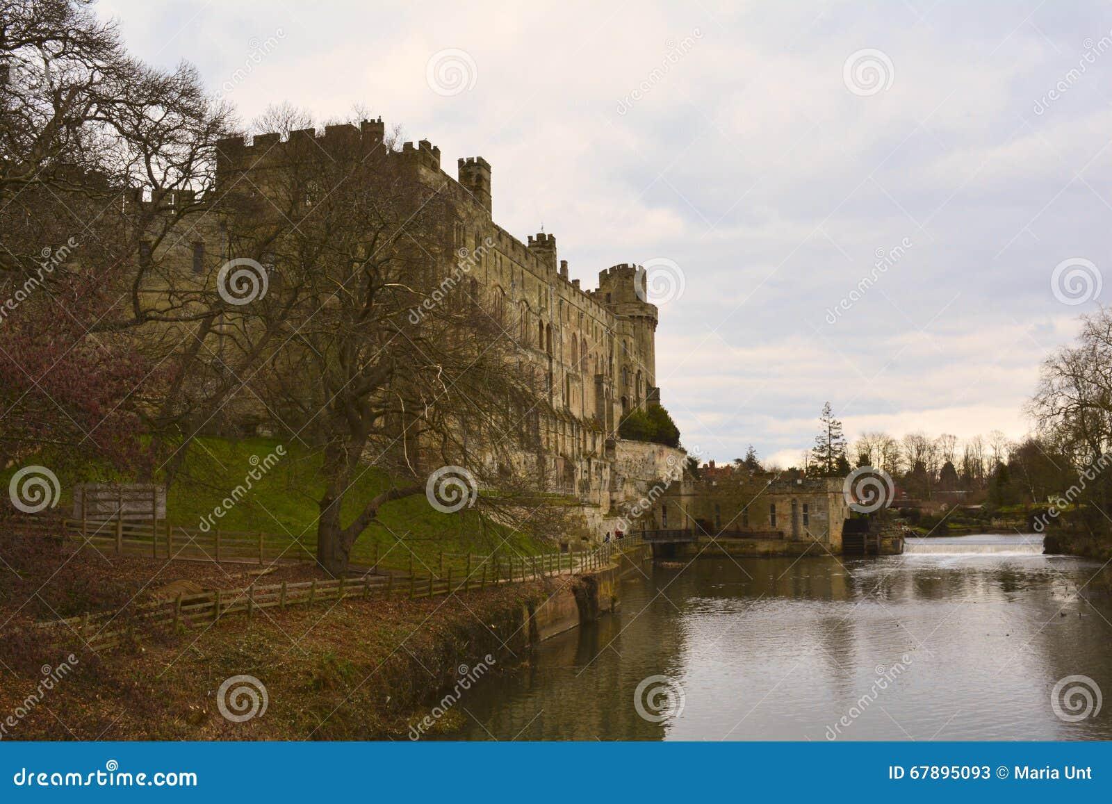 由河的浪漫中世纪城堡