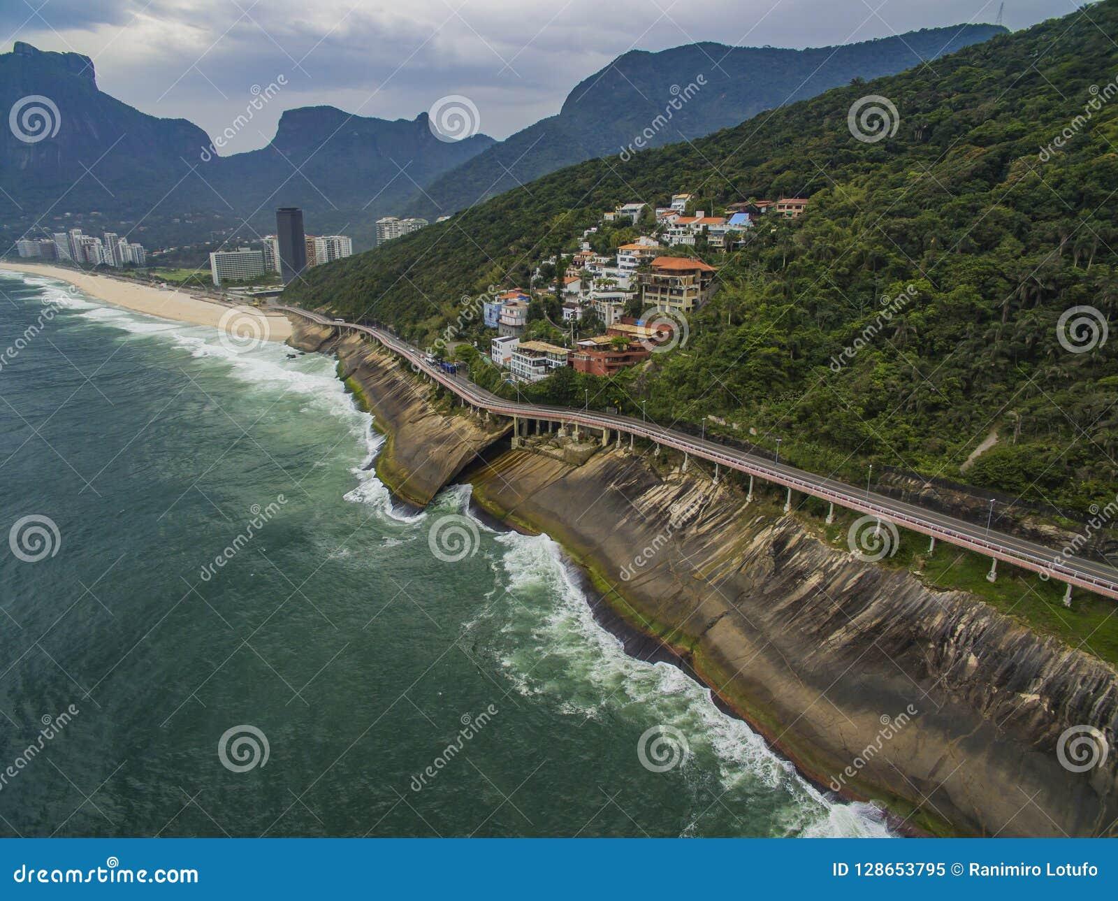 由海和自行车道路的高速公路 在海旁边的柏油路 汽车广告背景
