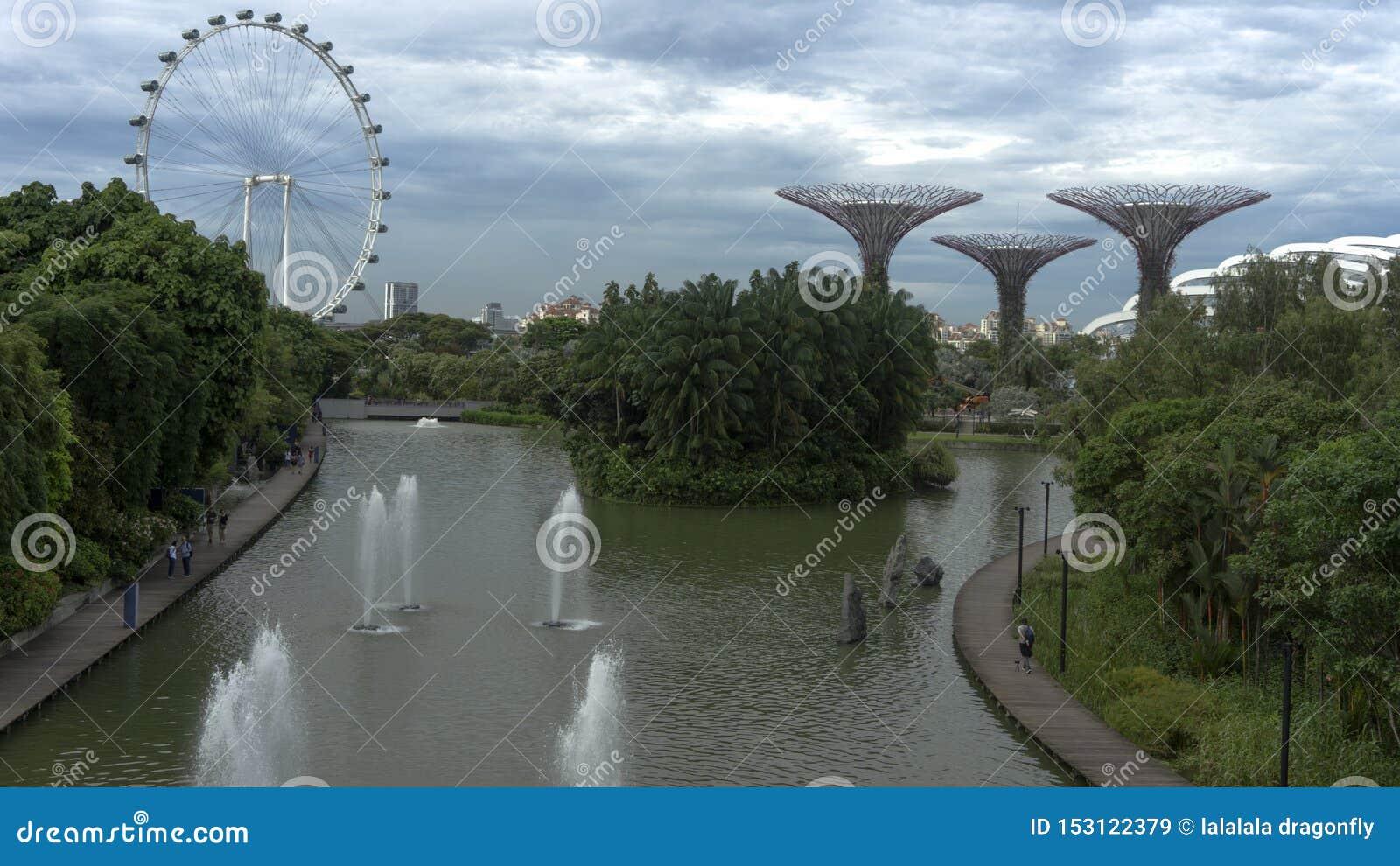 由海湾的美丽的futurustic绿色空间庭院在小游艇船坞海湾湖视图旁边在新加坡