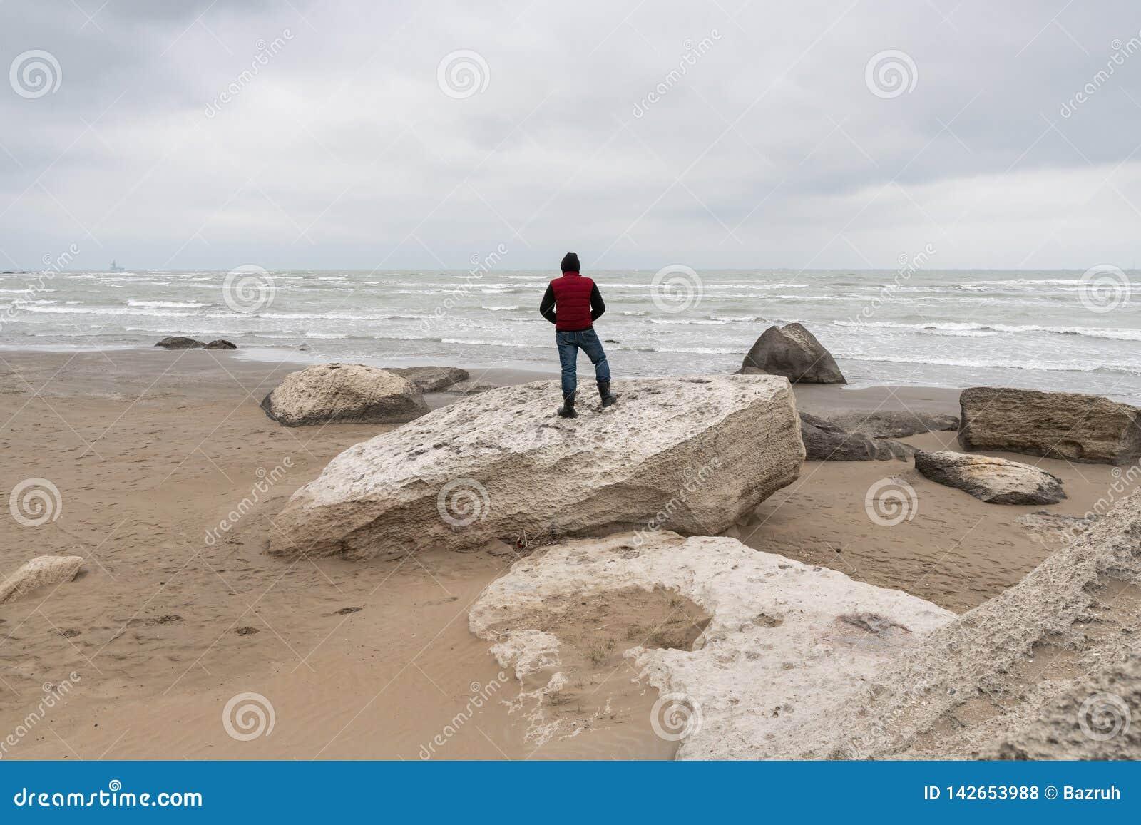 由海的孤立旅客