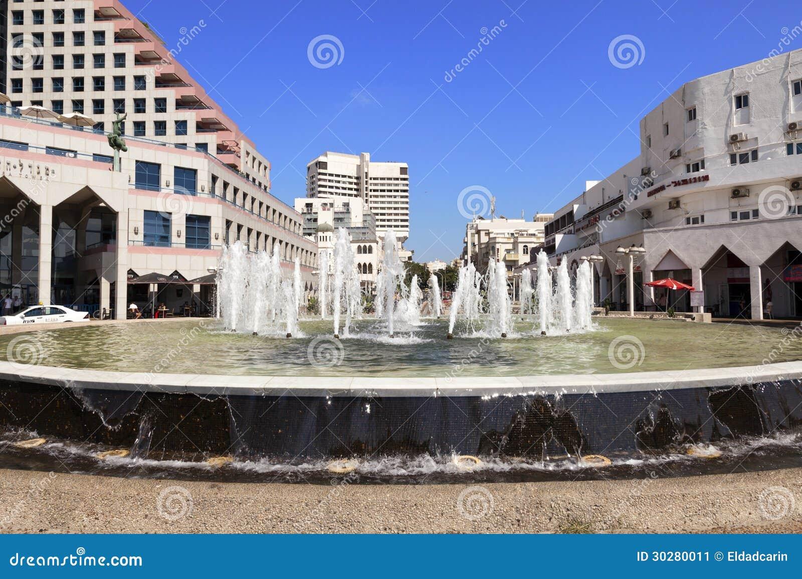 由海滩的喷泉在Alenbi St.特拉唯夫