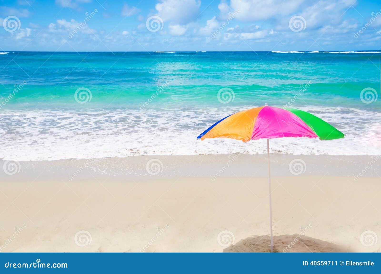由海洋上色沙滩伞在晴天.图片