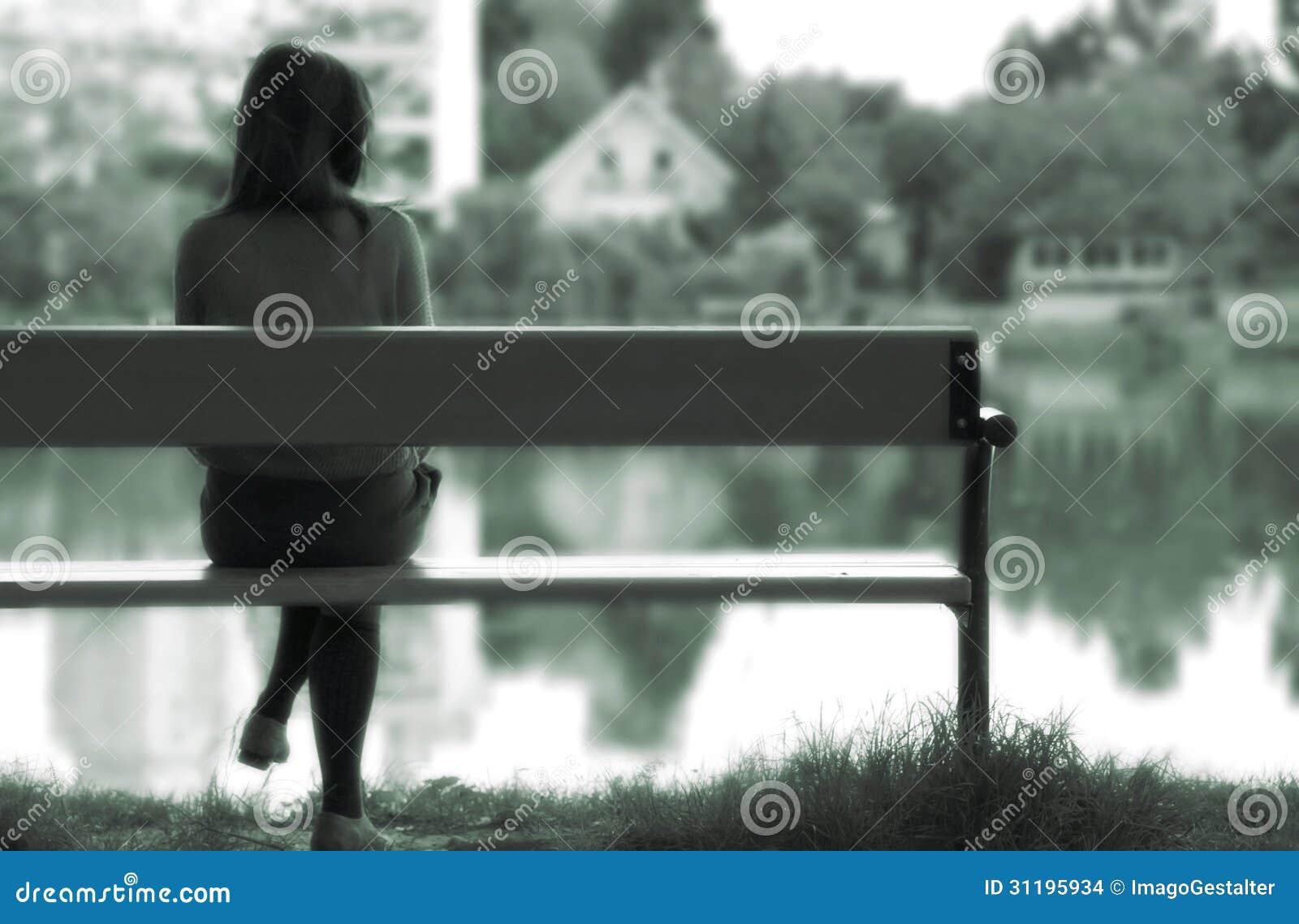 由湖的孤独的女孩