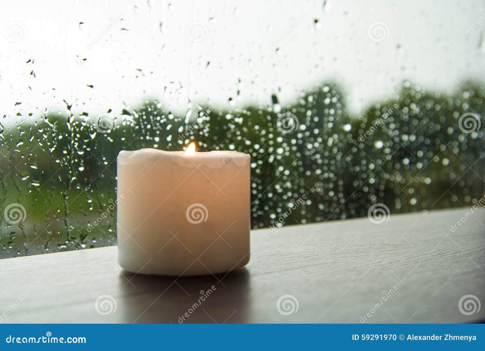 由窗口雨的蜡烛