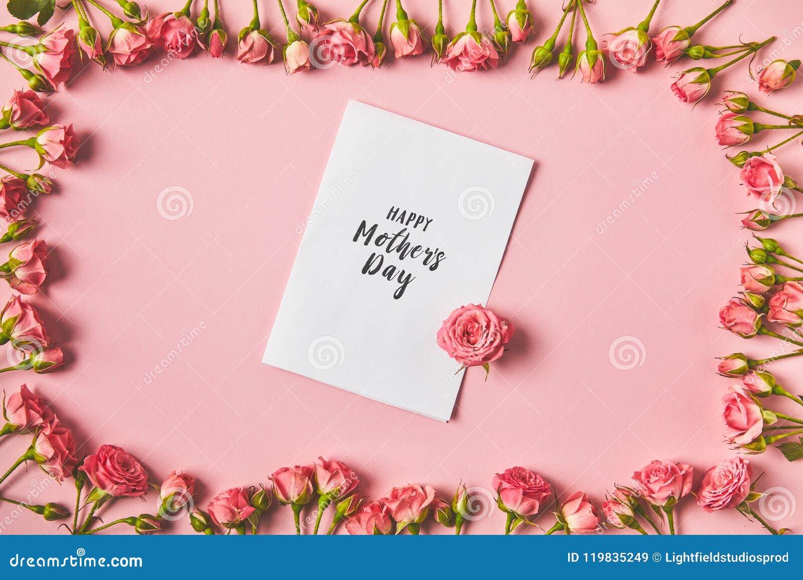 由美丽的桃红色玫瑰和愉快的母亲节贺卡做的框架顶视图在桃红色