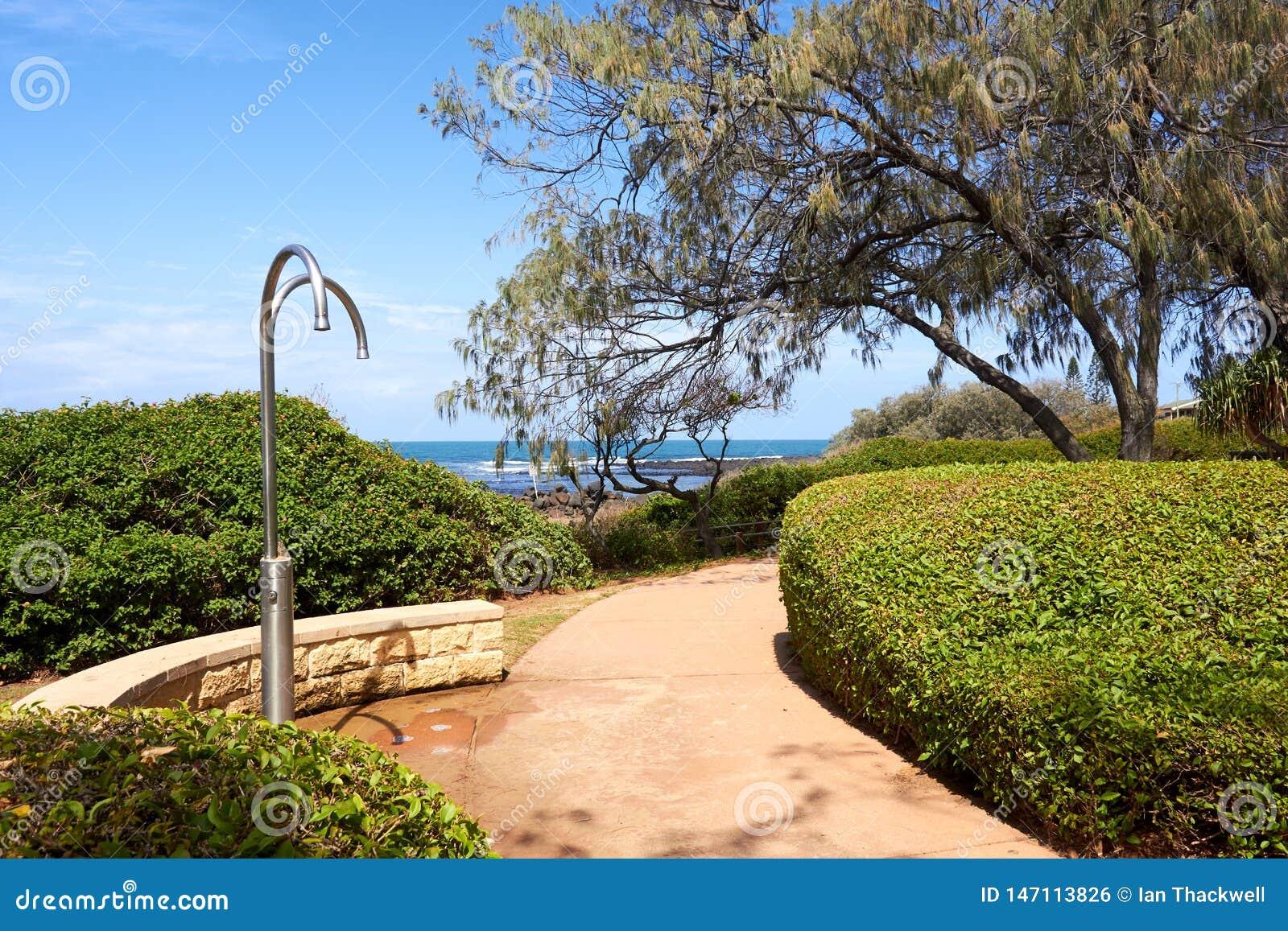 由路的海滩通入与公开阵雨和庭院