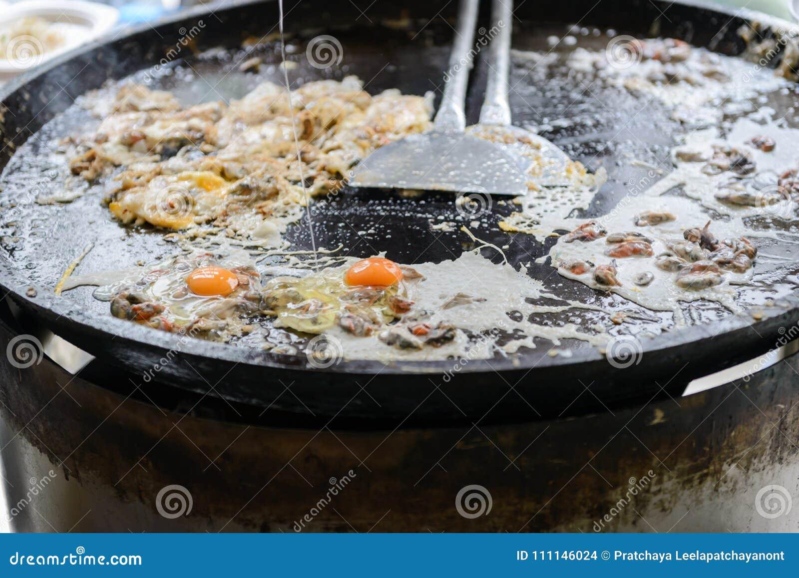 由面粉做的酥脆牡蛎煎蛋卷与淡菜混合了或牡蛎和鸡蛋