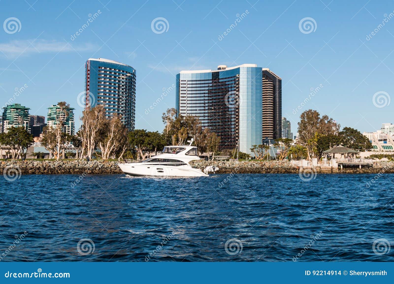 由Embarcadero和江边旅馆的游艇通行证