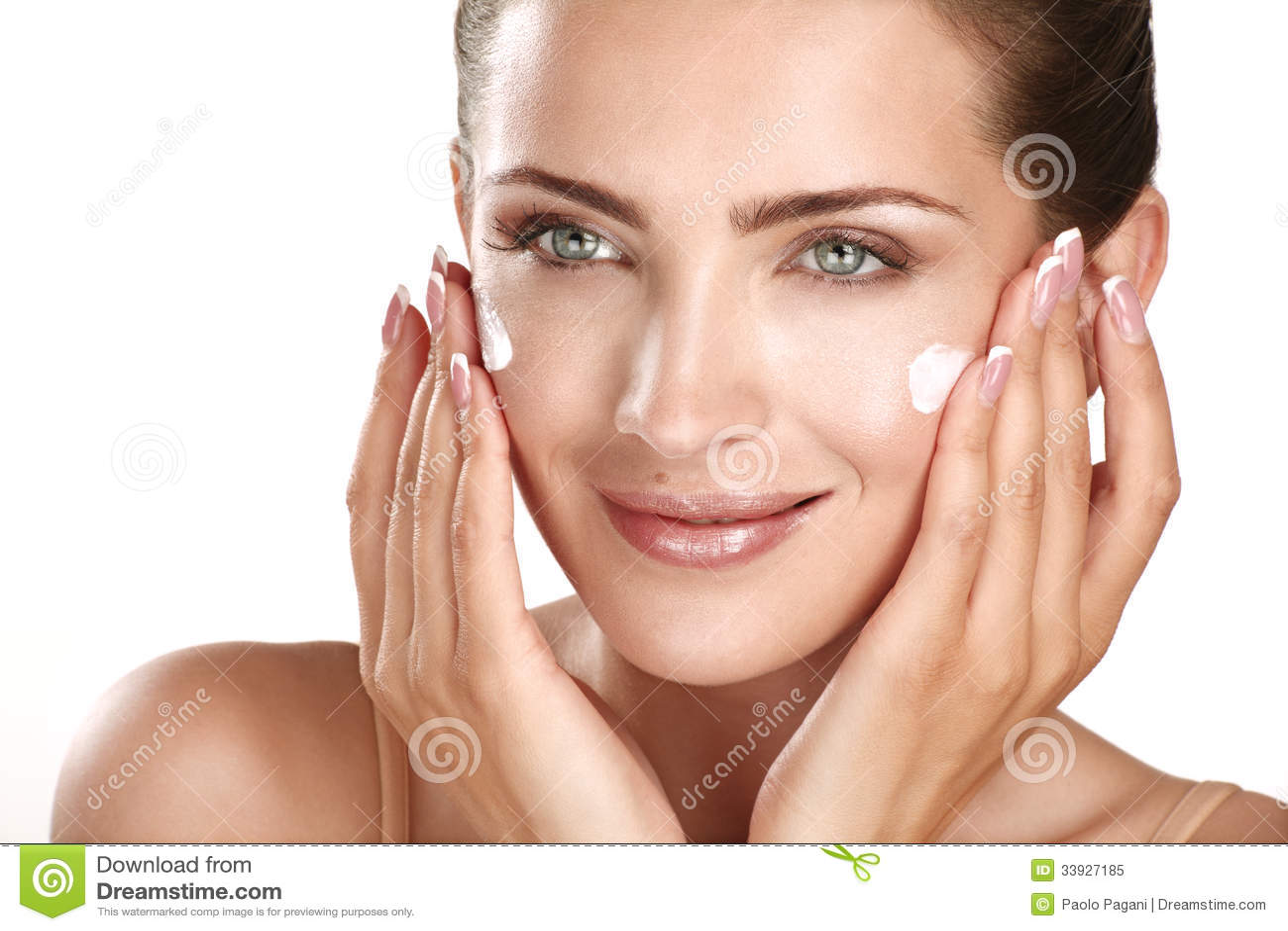 申请在她的面孔的美好的模型化妆奶油色treatmen