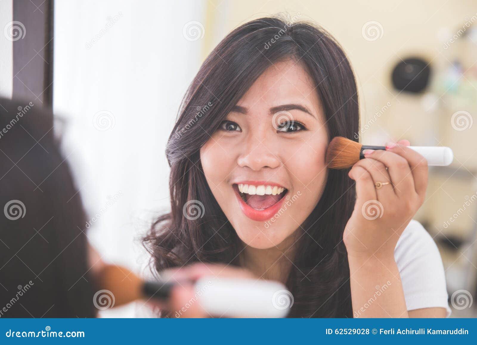 申请的妇女脸红,看镜子